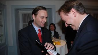 Auch die SVP macht Geschenke: Nach seiner Wahl in den Grossen Rat erhält Jean-Pierre Gallati (links) von Gregor Biffiger eine Flasche Oppositionswein. fh/archiv