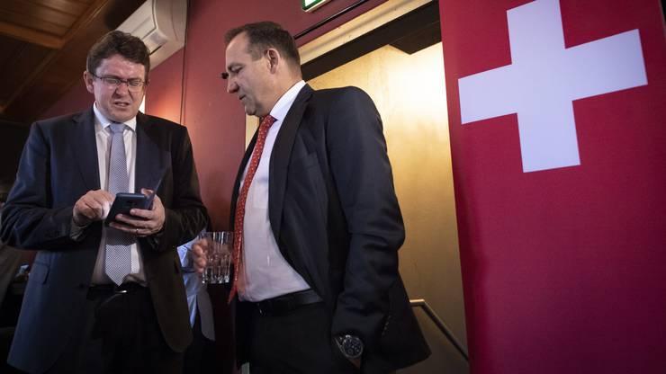 Parteipräsident und Nationalrat Albert Roesti (Bern), und Nationalrat und Kampagnenleiter Thomas Matter (Zürich), von links, verfolgen Resultate. Am Schluss müssen sie einen herbe Niederlage einstecken.