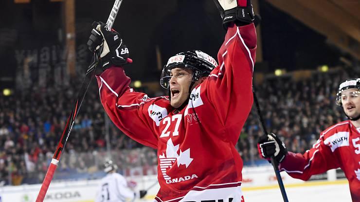Eric Faille (in Jubelpose) gewann mit dem Team Canada den Spengler Cup und ist in der Swiss League für Kloten ein Top-Wert