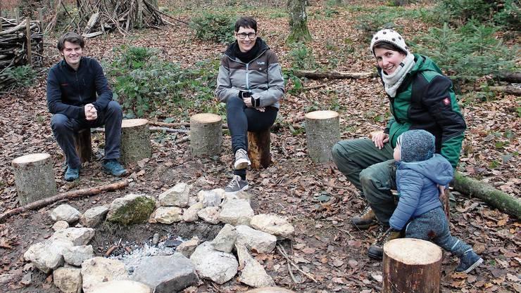 Begeistert vom Projekt: Schulleiter Daniel Jeseneg, Colette Basler (Präsidentin der Schulpflege) und Pädagogin Julia Strunz (r.).