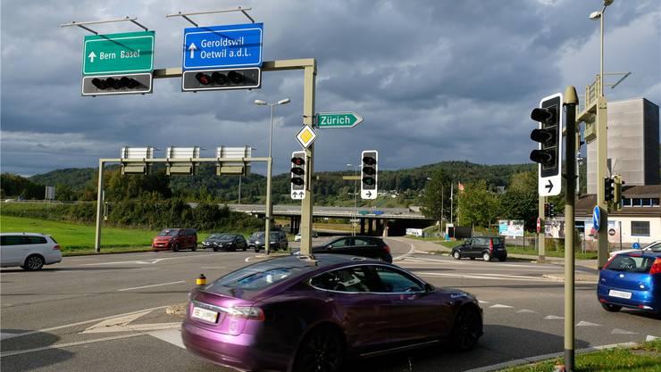 Ausbau: Wer wie der violette Tesla rechts auf die A 1 Richtung Zürich/St. Gallen abbiegen will, dem stehen künftig zwei Rechtsabbiegestreifen zur Verfügung.