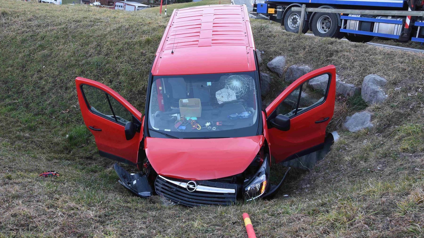 Der Lieferwagen erlitt beim Unfall einen Totalschaden.