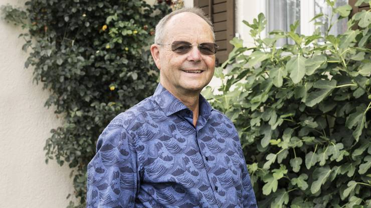 Beat Rüst kam 1956 in der Stadt Zürich zur Welt und lebte unter anderem in Wiedikon und Affoltern, bevor er mit seiner Frau Claire-Lise und den drei Kindern 1992 in das Haus der Schwiegereltern in Schlieren zog. Der Primarlehrer trat 1993 den Grünen Schlieren bei und übernahm 1995 das Präsidium bis im Juni 2020, wobei er von 2003 bis 2008 durch Dora Frei Santschi abgelöst wurde, als er im Nachdiplomstudium einen Master in School Management absolvierte. Von 1998 bis 2014 sass er für die Grünen im Schlieremer Parlament, das er 2002/03 präsidierte. Rüst war an der Erarbeitung des Jugendkonzepts beteiligt und engagierte sich für das Stadtentwicklungskonzept mit der Verlegung der Badenerstrasse. Der 64-Jährige arbeitete von 2008 bis 2012 als Fachmann für Schulbeurteilung für die Bildungsdirektion des Kantons Zürich. Von 2012 bis 2016 amtete Rüst als Schulleiter in Uetikon am See. Seit 2016 ist der zweifache Grossvater im vorzeitigen Ruhestand.