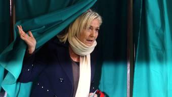 Marine Le Pen, Chefin des rechtsextremen Front National (FN) bei der Stimmabgabe im nordfranzösischen Hénin-Beaumont. Ihre Partei feierte bei den Regionalwahlen in Frankreich im ersten Wahlgang einen grossen Erfolg. (Archiv)