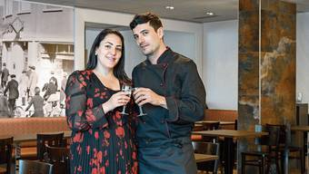 Stossen auf ihr neues Restaurant an: Die «Langhaus»-Wirte Bergan und Erdal Dogan.