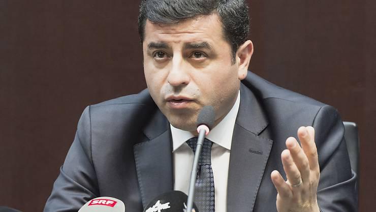 Der kurdische Politiker Selahattin Demirtas ist ein scharfer Kritiker von Präsident Recep Tayyip Erdogan. Er sitzt wegen Terrorvorwürfen seit mehr als zwei Jahren in Untersuchungshaft. Der Europäische Gerichtshof für Menschenrechte (EGMR) hat die Freilassung von Demirtas angeordnet. (Archivbild)