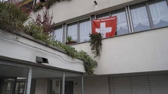 Flagge Zeigen: Die Familie Vecchi zeigt an ihrer Wohnung, für wen ihr Fussballherz schlägt. (Bild: Martin Töngi)