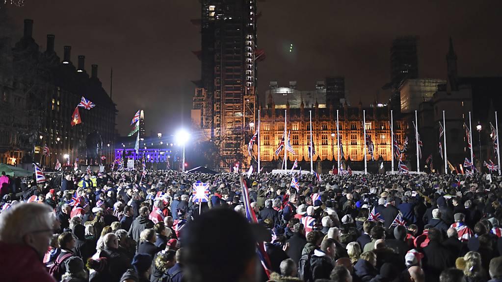 Hunderte von Brexit-Anhängern feiern den Austritt aus der EU in London. Um Punkt Mitternacht ist die EU-Zugehörigkeit der Briten in der EU Geschichte.
