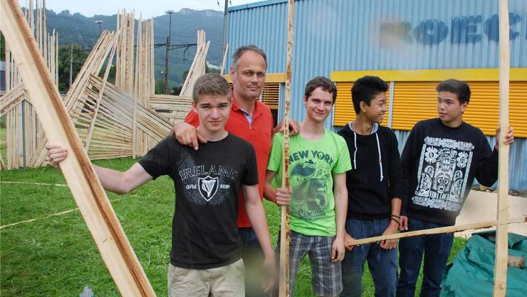 Jugendliche gestalten zusammen mit Jugendarbeiter Jürg Allemann die Umgebung der Röckhalle.