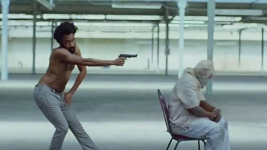 """Mord und Totschlag und alle schauen weg: Mit dem gesellschaftskritischen Musik-Clip zu seinem Song """"This is America"""" hat Childish Gambino in wenigen Tagen 50 Millionen Leute erreicht. (Screenshot YouTube)"""