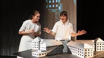Sandra Utzinger (links) und Nadine Schwitter verkörpern doppelt die Verena Lehner und reflektieren den Fall gleichzeitig aus heutiger Sicht.