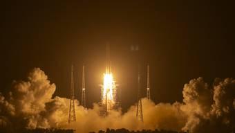 Eine Rakete vom Typ «Langer Marsch 5» startet auf der Startrampe des Wenchang Space Launch Center. Foto: Mark Schiefelbein/AP/dpa