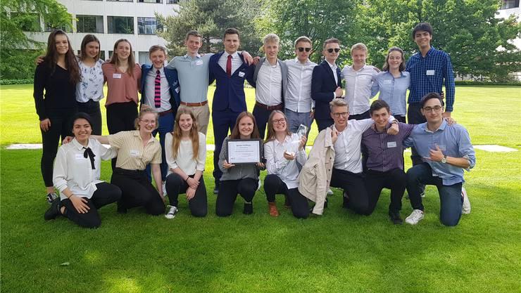 Voller Freude und Stolz: Die Siegerklasse B16a der Kantonsschule Solothurn. Chrsitina Tardo/KSSO