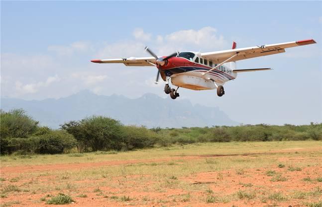Eine Cessna Caravan beim Flug in Afrika.