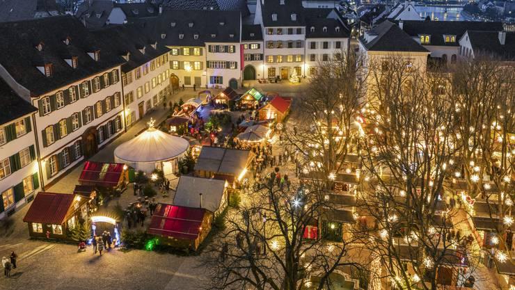Weihnachtsmarkt auf dem Münsterplatz in Basel.