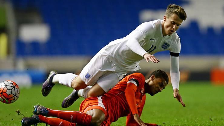 Der Schweizer Martin Angha (am Boden) wird im U21-EM-Qualifikationsspiel von Englands Solly March übersprungen