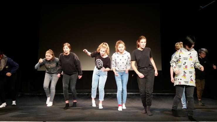Das Jugend Theater Baselland beim Proben für seinen ersten Bühnenauftritt.