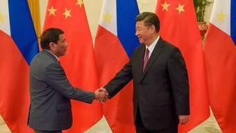 """Auch Duterte war Gast am """"Seidenstrassen""""-Gipfel in Peking und traf sich mit Chinas Präsident Xi Jinping (r.). Am Tag darauf deutete Duterte eine mögliche Lösung im Inselstreit mit China an."""