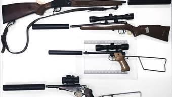 Ein Teil der von der Polizei beschlagnahmten Waffen und Waffenzusätze.