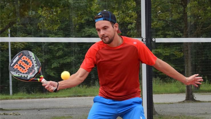 Tennisprofi Ibrahim Fetov, hier beim Padel-Tennis im Tennisclub Brugg.zVg