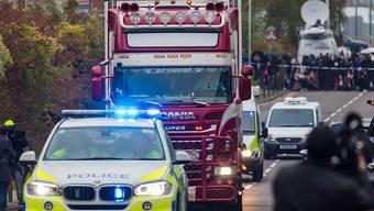 Der Unglücks-Lastwagen wir von der Polizei aus dem Waterglade Industrial Park in Grays in der Grafschaft Essex östlich von London.