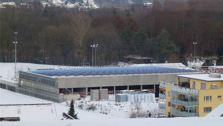 So sollen die Solarpanels auf dem Dach der neuen Mehrzweckhalle im Gebenstorfer Brühl aussehen (Visualisierung).zVg