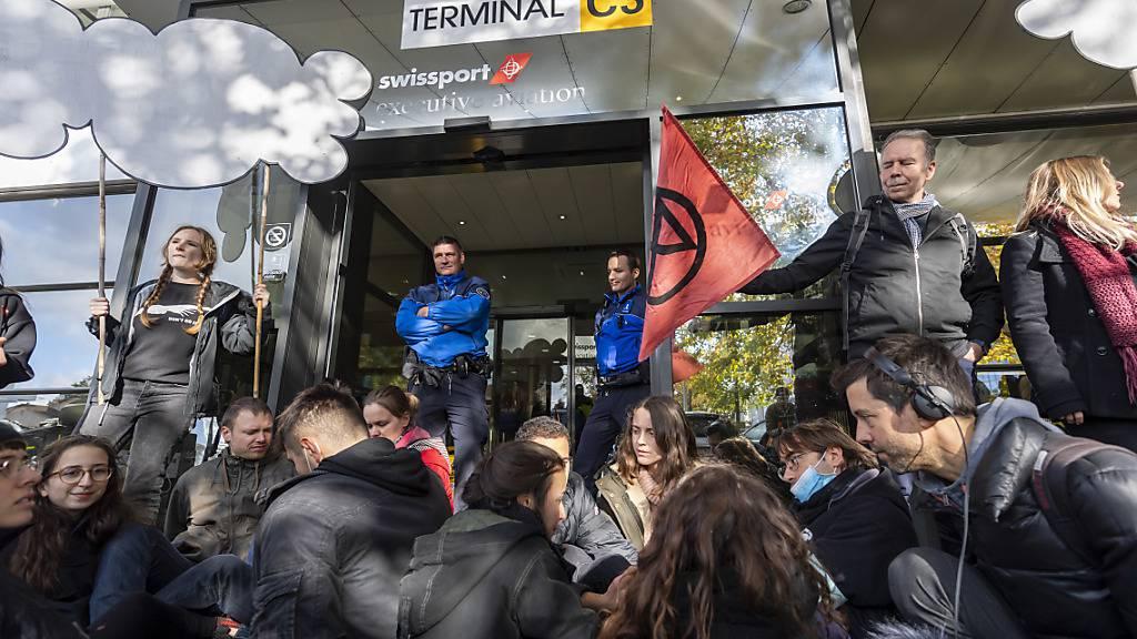 Klima-Aktivisten blockieren Privatjet-Terminal in Genf