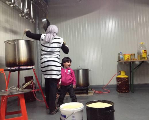 Flüchtlinge kochen in Idomeni.