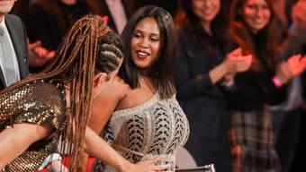 """Die schwangere Motsi Mabuse zeigt am 23. März 2018 in der RTL-Tanzshow """"Let's Dance"""" glückstrahlend ihren Bauch."""