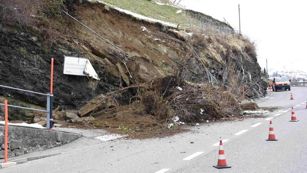 Die Strasse ist nach dem Erdrutsch nur noch halbseitig befahrbar.