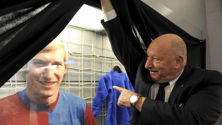 Karl Odermatt hebt den Schleier zur Sonderausstellung «70 Jahre Karli» im Museum des FC Basel beim St. Jakob-Park.