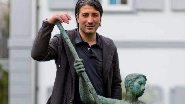 «Ich als Künstler? Das kann ich mir nicht vorstellen, ich gehöre in den Fussball.» Murat Yakin posiert mit einer Statue in Basel-Kleinhüningen. Foto: Emanuel Freudiger