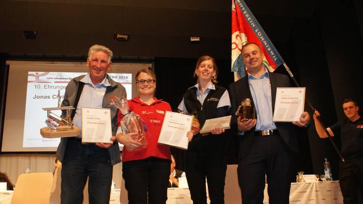 Die vier neuen Ehrenmitglieder: Franz Jäggi (Fähnrich),  Sandra Witmer (Infochefin), Susanne Bürki (Tech. Leiterin), Jonas Christen (Präsident)