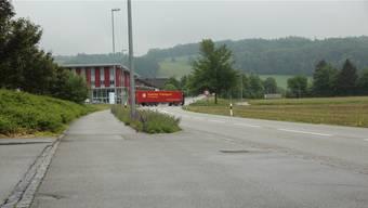 Statt bei der grossen Kreuzung nahe der Industrie (beim roten Lastwagen) soll der Schulweg für die Kinder aus dem Gebiet Büelisacker künftig über den Breiteweg (Bildvordergrund) führen.