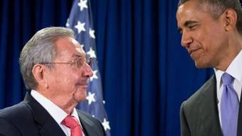 Die Staatschefs Castro und Obama vor ihrem Treffen im vergangenen September: Kubas Präsident geht die Normalisierung der Beziehungen mit den USA zu langsam. Er kritisiert, dass das Handelsembargo nicht aufgehoben wird. (Archivbild)