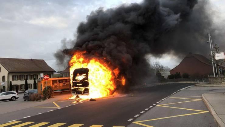 Der Lastwagen im freiburgischen Farvagny brannte lichterloh.