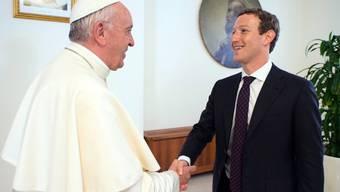 """Papst Franziskus und Facebook-Gründer Marc Zuckerberg haben bei einem gemeinsamen Gespräch im Vatikan erörtert, wie man Menschen zu einer """"Kultur der Begegnung"""" ermutigen könnte."""