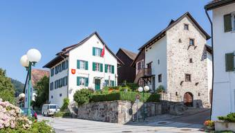 Die Decke im Obergeschoss des Spychers rechts neben dem Oetwiler Gemeindehaus hängt durch.