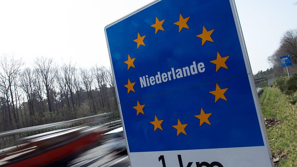 Ein Schild weist an der Autobahn 52 auf den Grenzübergang zu den Niederlanden hin. Foto: Federico Gambarini/dpa