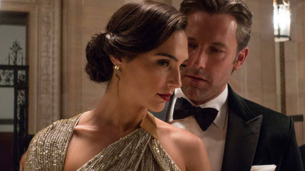 """Gal Gadot - hier links neben Ben Affleck in """"Batman v Superman: Dawn of Justice"""" - erwartet ihr zweites Kind. (Archivbild)"""