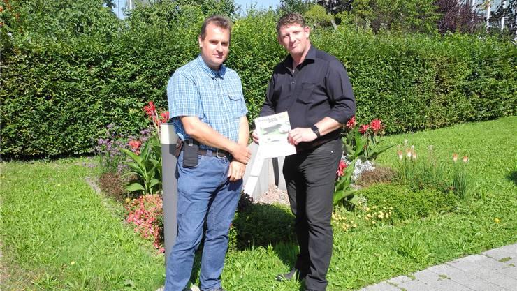Gemeindeammann Beat Käser (rechts) und Gemeindeschreiber Sascha Roth mit der neusten «Brückenpost»