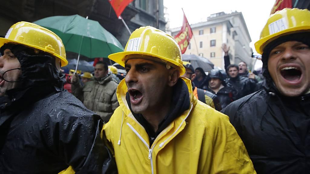 Ein Gericht in Italien hat die beiden Eigentümer des Stahlwerks Ilva wegen  Umweltverschmutzung zu langjährigen Haftstrafen verurteilt. (Archivbild)