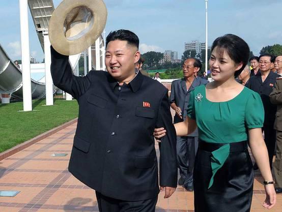 Laut südkoreanischen Medien sind sie bereits zweifache Eltern: Kim Jong Un und seine Frau Ri Sol Ju (Archiv)