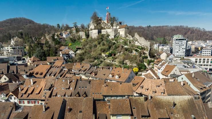 Hoch über der Altstadt weht die Badener Fahne auf der Schlossruine Stein: Hier sassen einst die Grafen von Lenzburg-Baden, später die Kyburger und die Habsburger.
