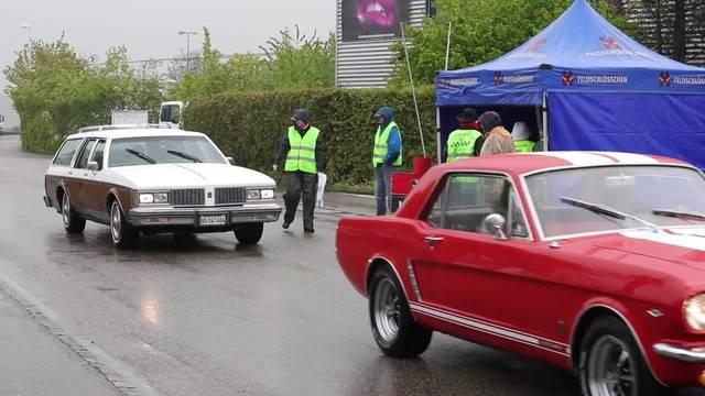 Einige Eindrücke vom Oldtimertreffen American Live: Trotz Regen und Kälte liessen sich viele Besucher von den Autos begeistern.