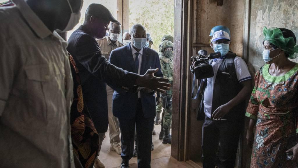 Faustin-Archange Touadéra (M), Präsident der Zentralafrikanischen Republik, kommt in das Wahllokal in der Boganda Schule, um seine Stimme für die Präsidenten- und Parlamentswahl abzugeben. Foto: -/AP/dpa