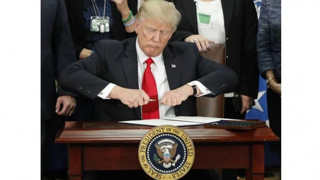 Wenn er seinen Stift zückt, zittert die Welt: US-Präsident Donald Trump verunsichert mit seiner Wirtschaftspolitik auch Schweizer Unternehmen. Foto: Keystone