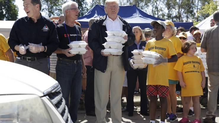 Donald Trump am Mittwoch in North Carolina beim Verteilen von Lebensmitteln an Unwettergeschädigte.
