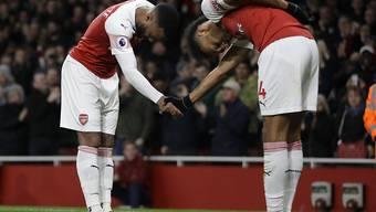 2:0-Torschütze Alexandre Lacazette (links) bedankt sich bei Vorbereiter Pierre-Emerick Aubameyang