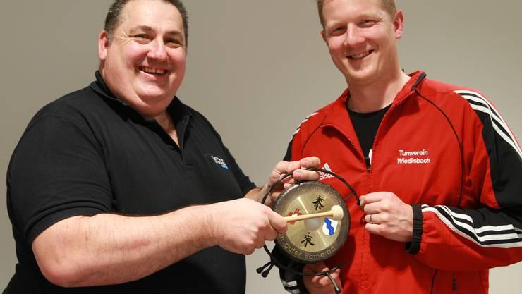 Hansruedi Meyer (links) übergibt das Präsidium des Turnvereins Wiedlisbach an Stefan Lerch.